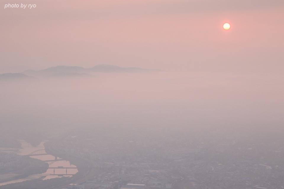 霧と霞の中を