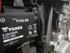 【写真】バイクに取り付けたGSユアサ社のバッテリー