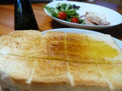 【写真】井上精耕園の新鮮檸檬オリーブオイルをかけたトーストとサラダ