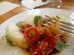 【写真】鴨川産フルーツトマトと桃の冷製生パスタ