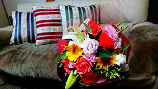 花束とソファ