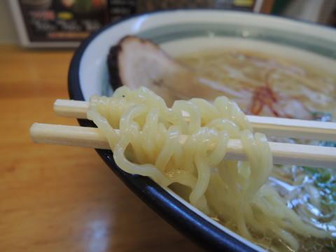 牛骨ラーメンの麺