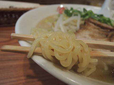 賛平らーめんの麺