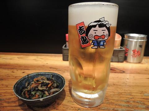 生ビール(中)(302円)と突き出し(216円)