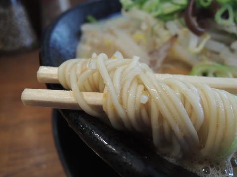 限定の「味噌とんこつ」の麺