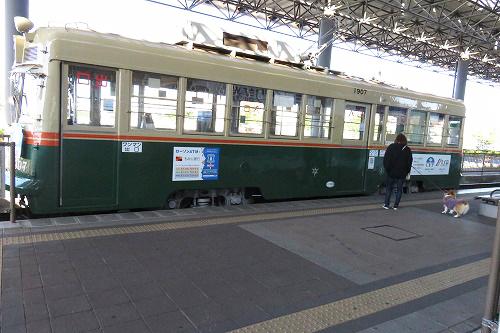 電車の前で~