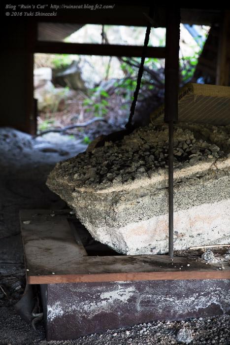 マウントパラダイス小倉原山_囲炉裏に岩