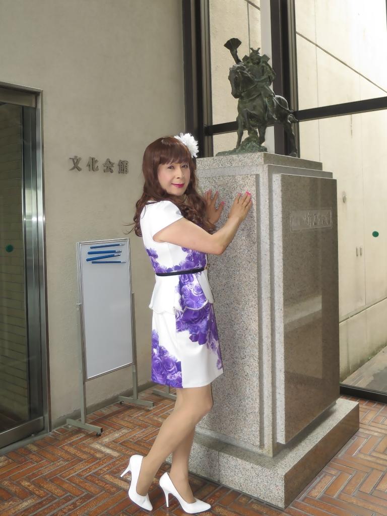 白地に紫花柄ペプラム裾スーツA(4)