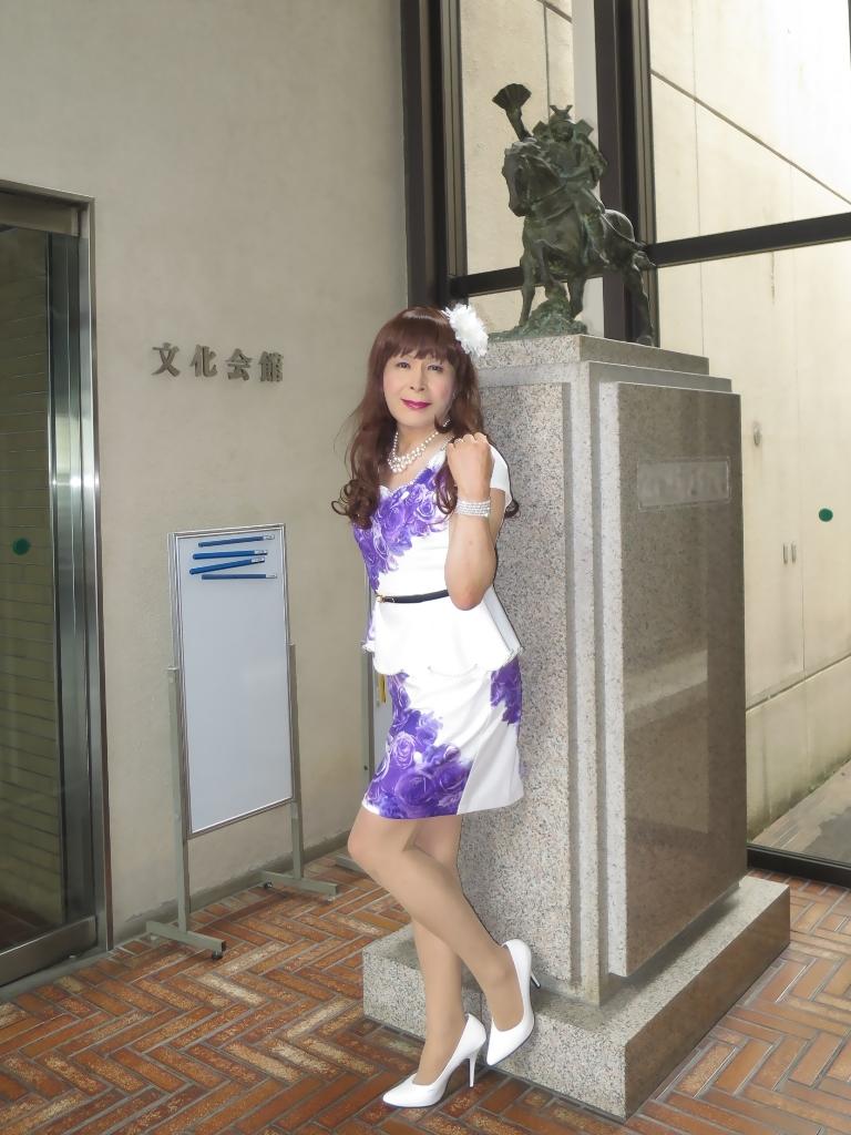 白地に紫花柄ペプラム裾スーツA(8)