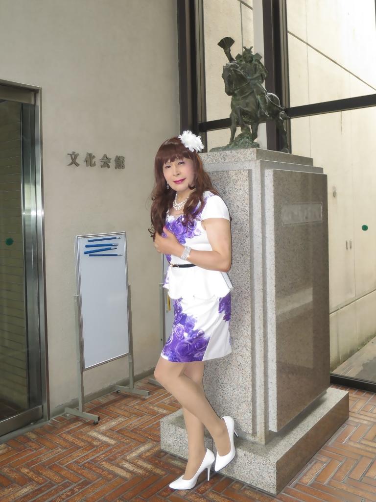 白地に紫花柄ペプラム裾スーツA(7)