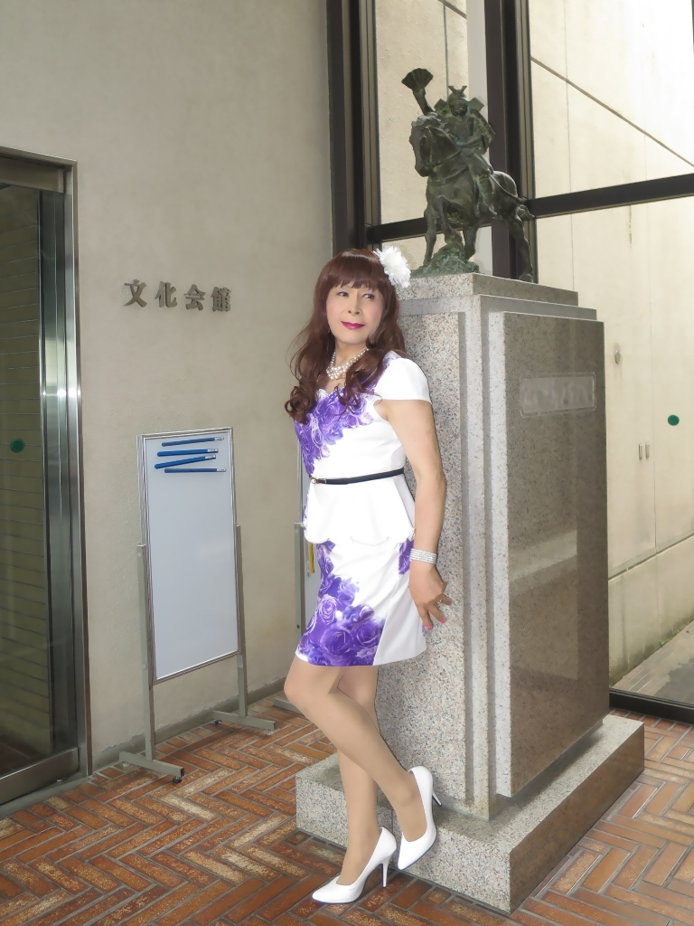 白地に紫花柄ペプラム裾スーツA(6)