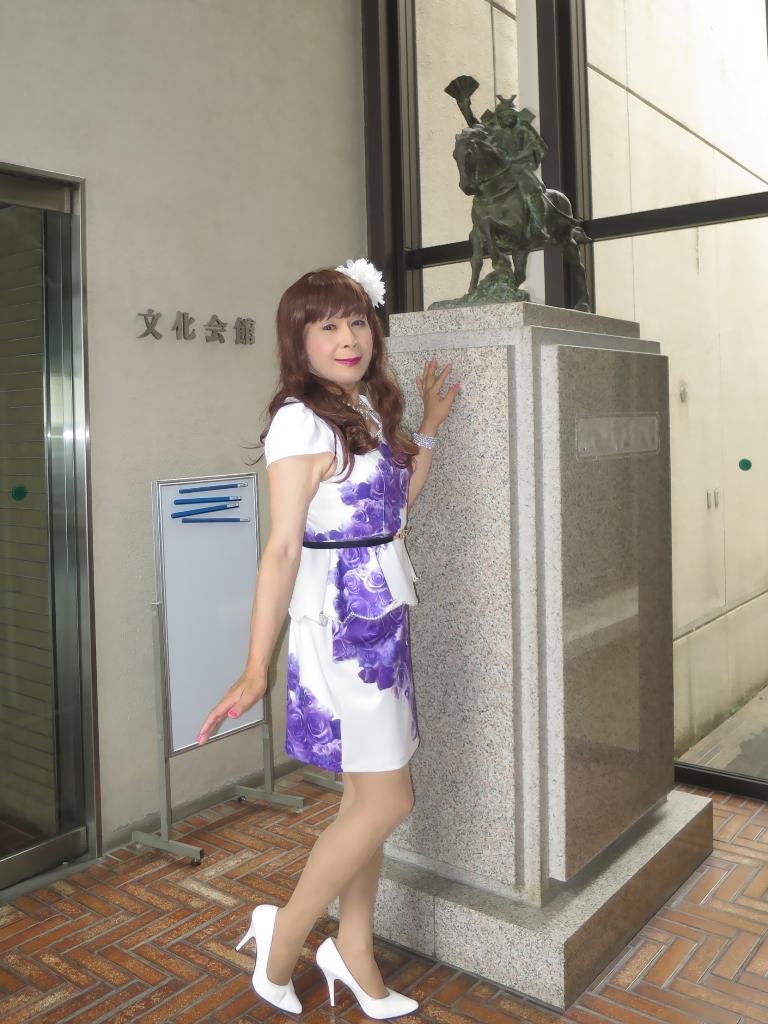 白地に紫花柄ペプラム裾スーツA(5)