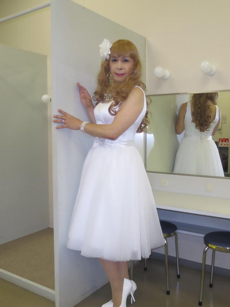白ショートドレス楽屋(1)