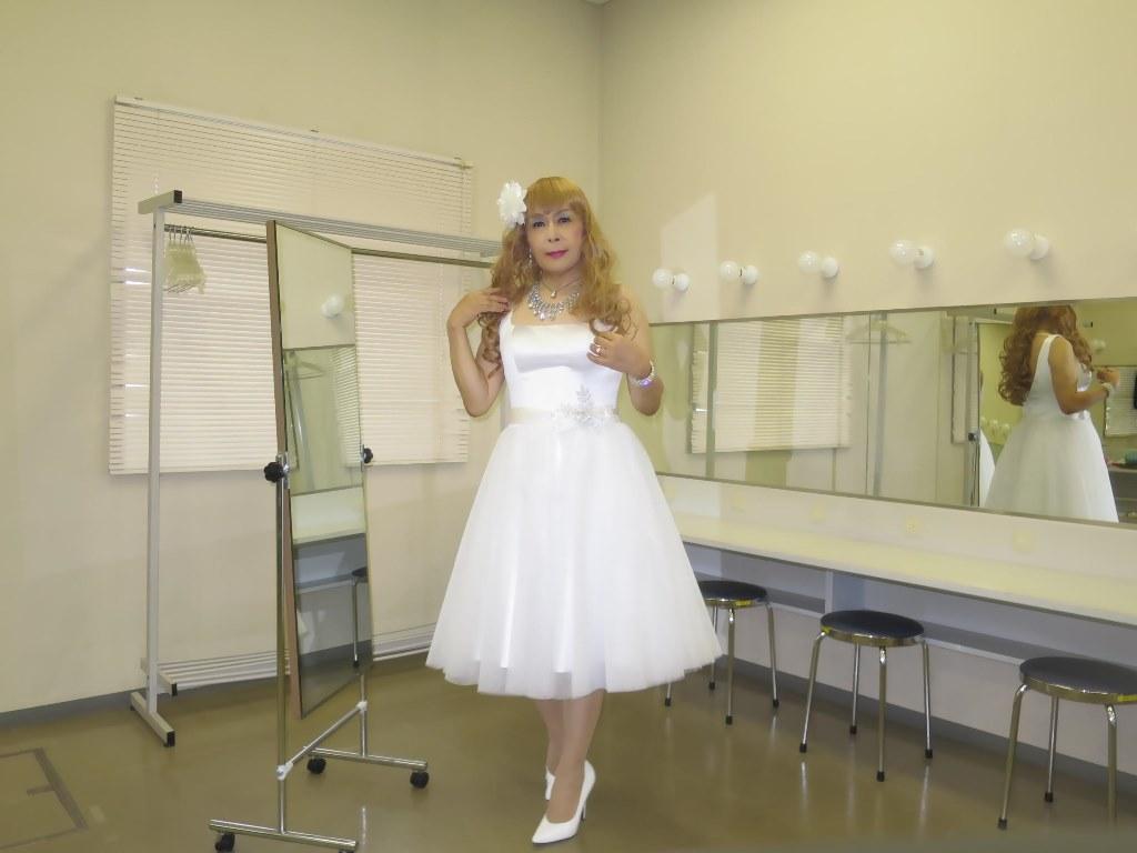 白ショートドレス楽屋(4)
