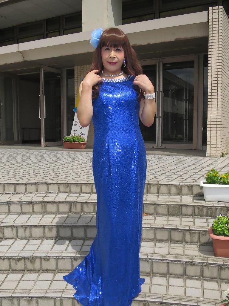青スパンコールドレス発表会屋外(5)