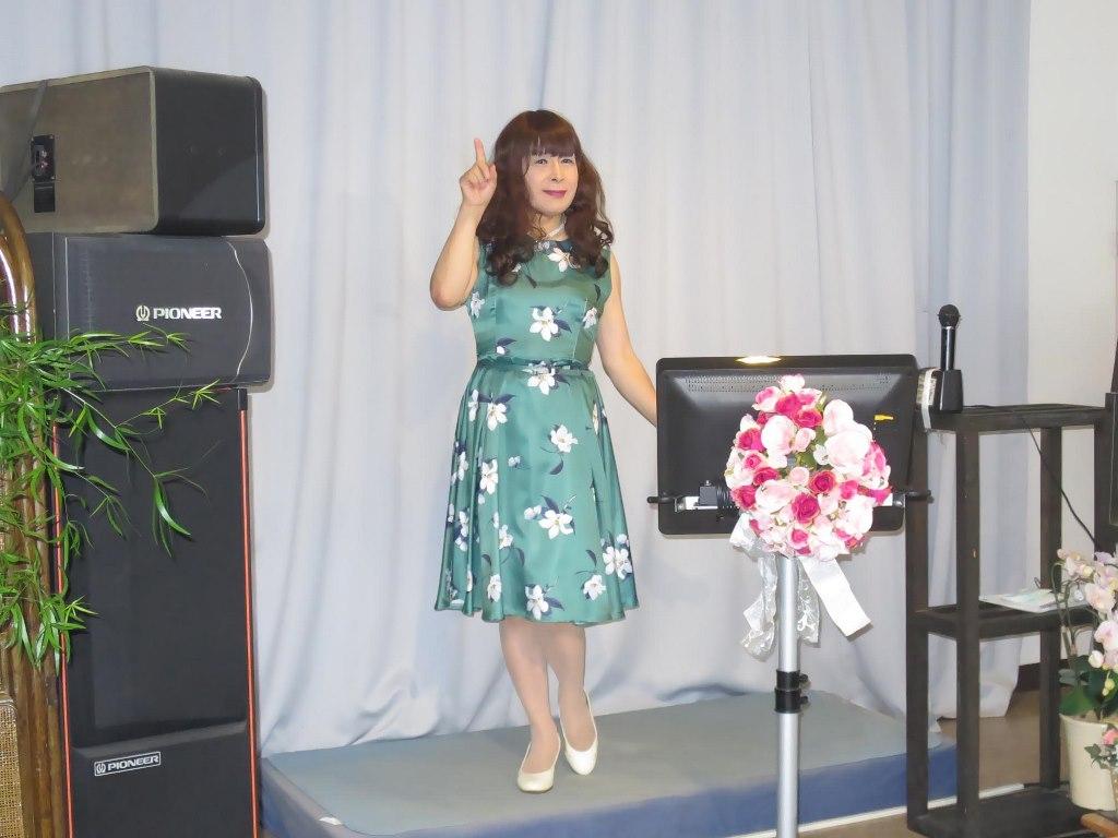 緑地に白花柄ワンピカラオケ(1)