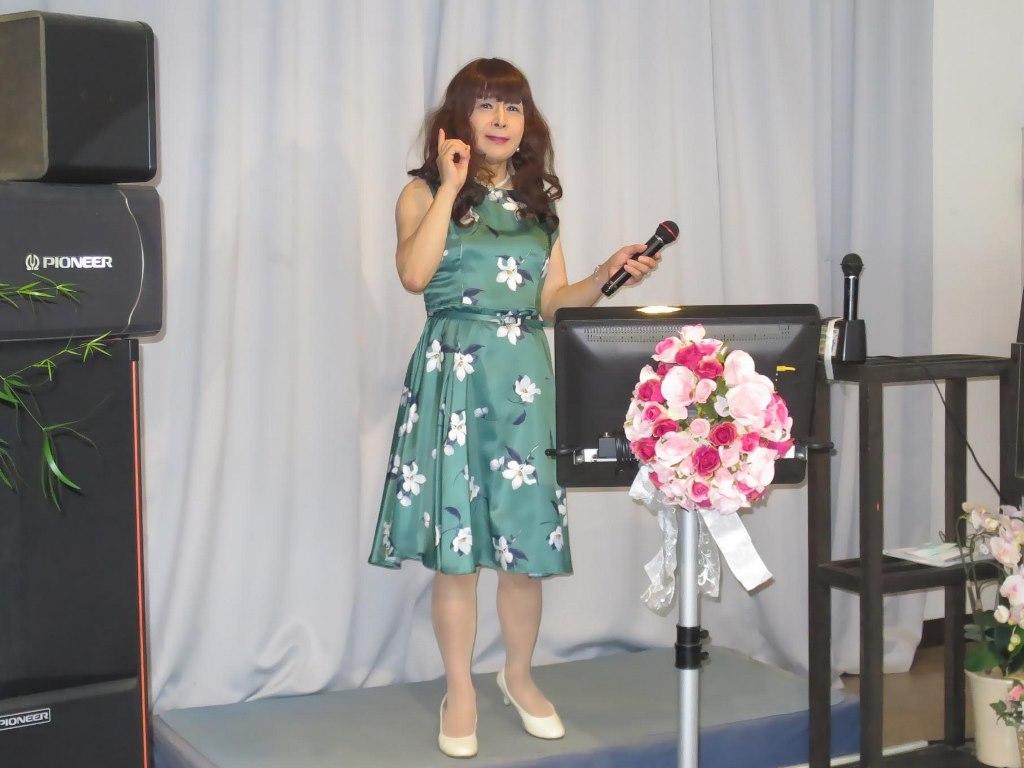 緑地に白花柄ワンピカラオケ(4)
