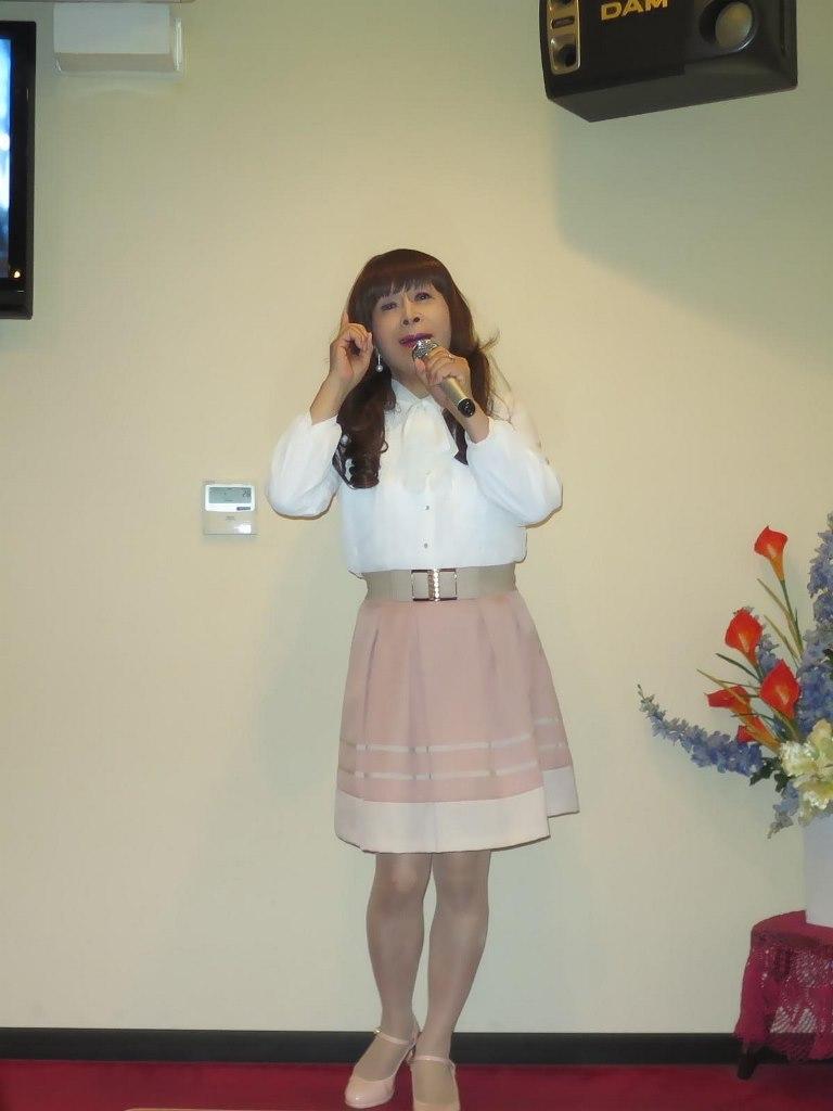 白ブラウスピンクスカートカラオケ(1)