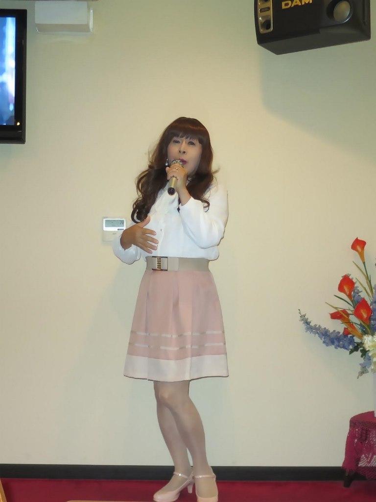 白ブラウスピンクスカートカラオケ(2)