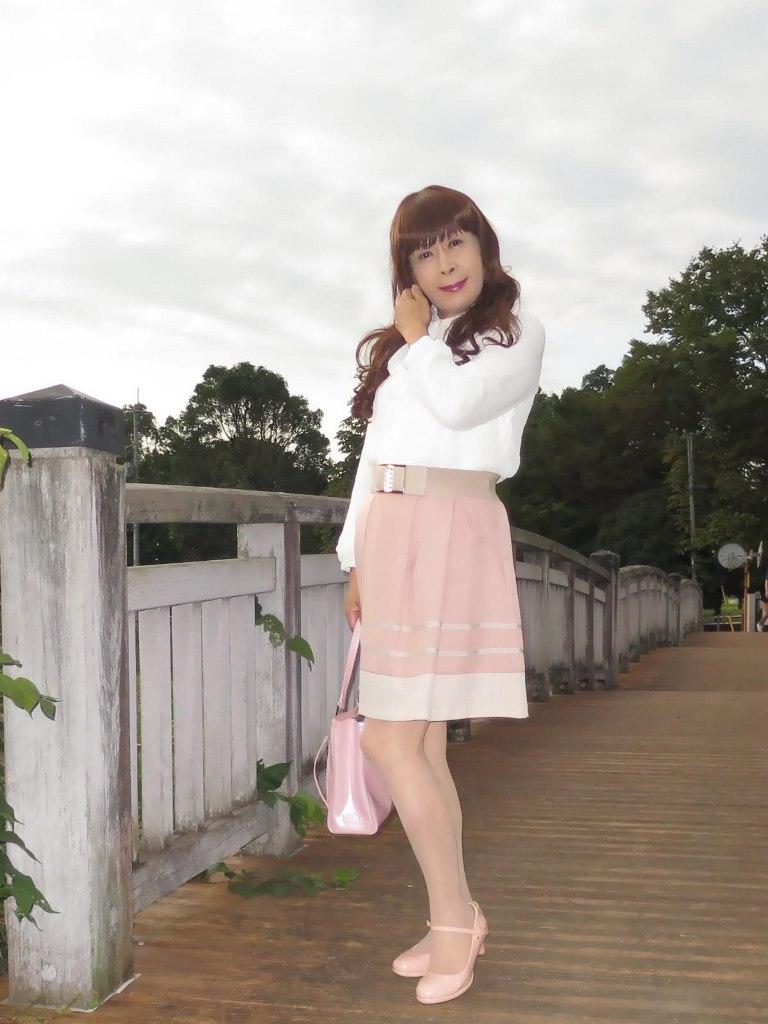 白ブラウスピンクスカート公園(1)