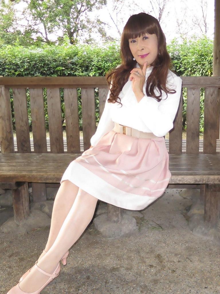 白ブラウスピンクスカート公園(2)