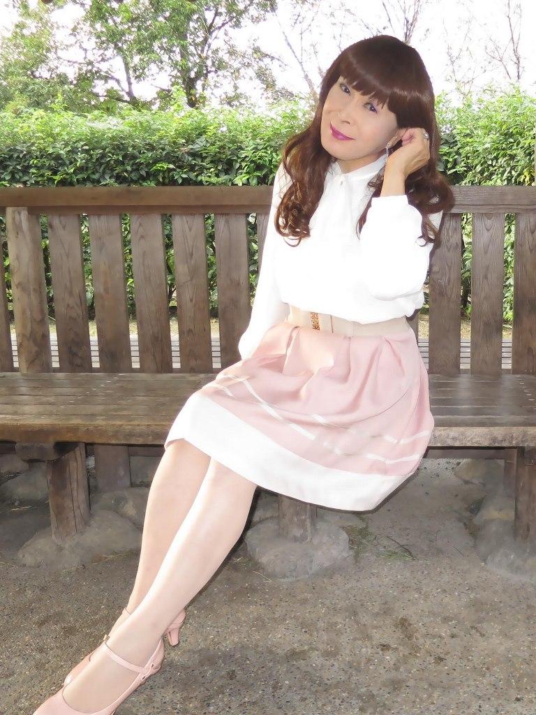 白ブラウスピンクスカート公園(3)