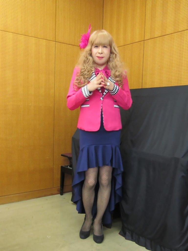 ピンクジャケット紺マーメイドスカート控室(1)