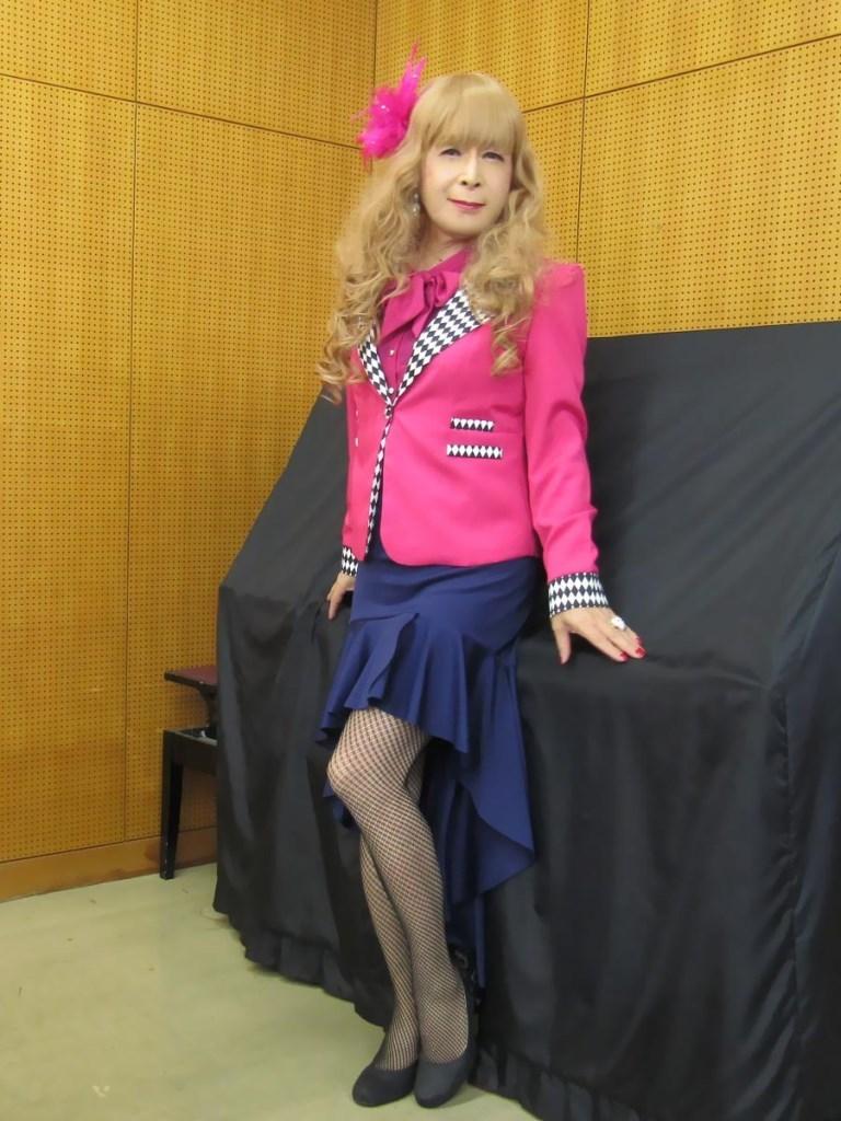 ピンクジャケット紺マーメイドスカート控室(3)