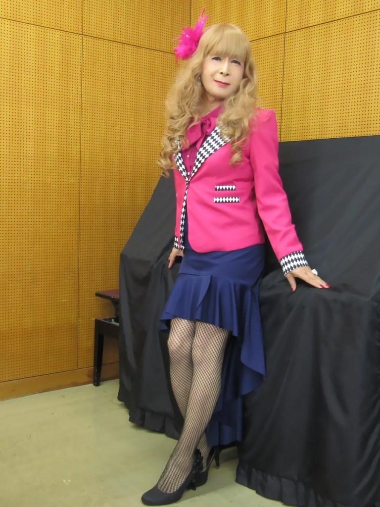 ピンクジャケット紺マーメイドスカート控室(4)