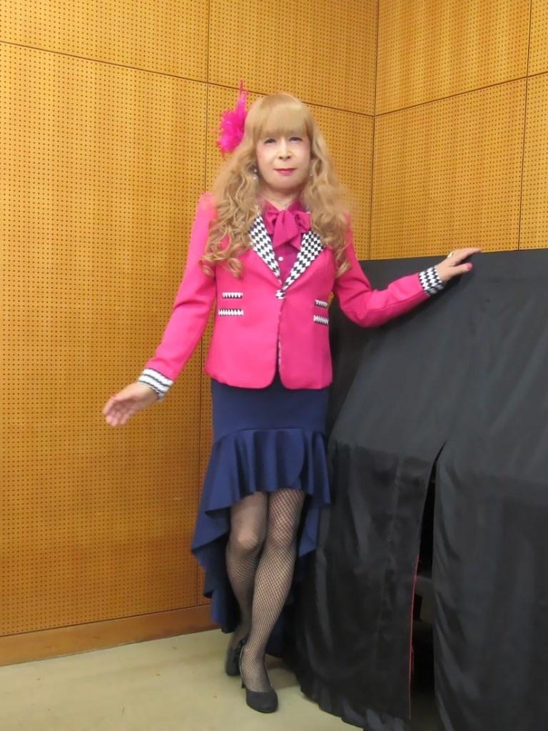 ピンクジャケット紺マーメイドスカート控室(2)