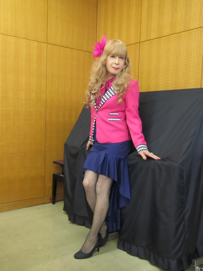 ピンクジャケット紺マーメイドスカート控室(5)