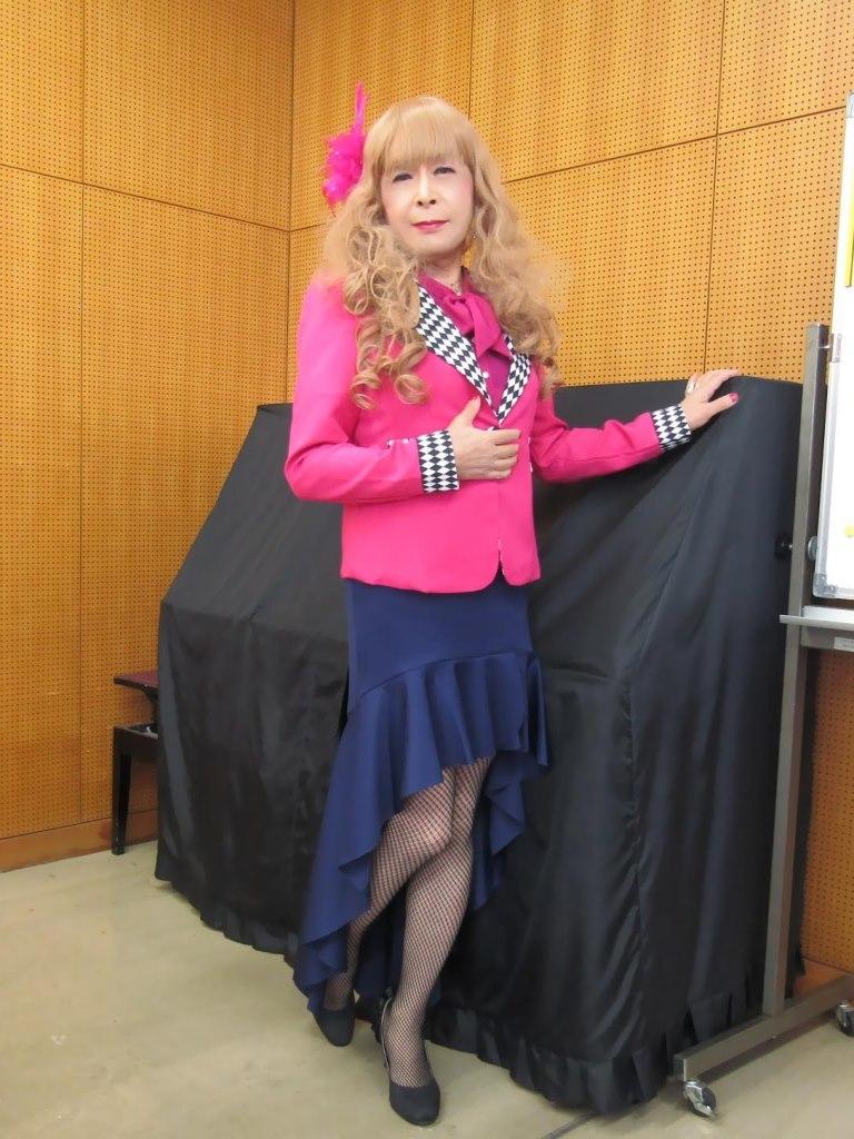 ピンクジャケット紺マーメイドスカート控室(6)