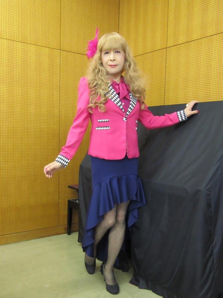 ピンクジャケット紺マーメイドスカート控室(8)