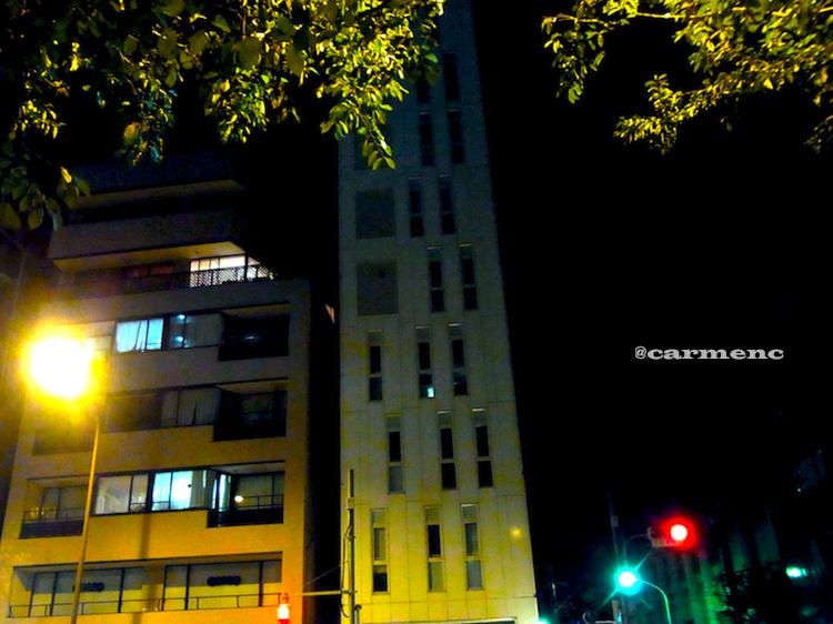 夜のペンシルビルカラー