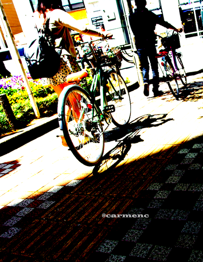 自転車の二人と影