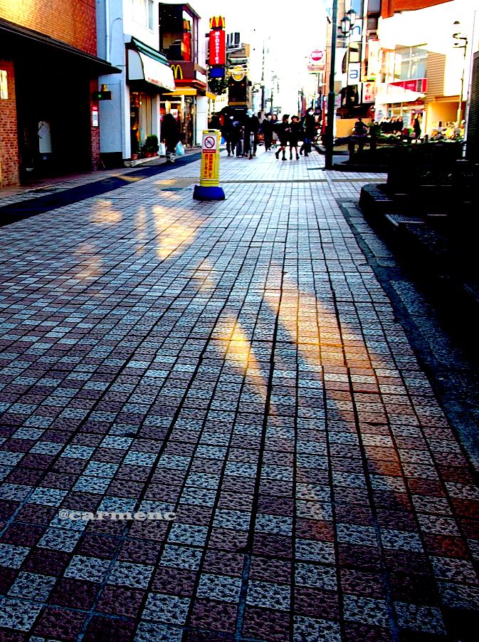 影と歩道と小学生