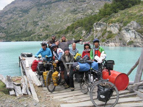 ③南米パタゴニア:世界各国のサイクリスト達と一緒に湖を渡る_R
