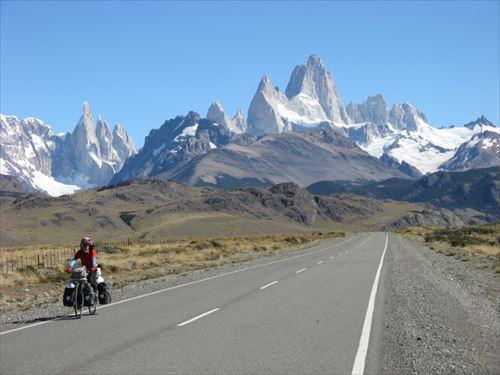 ④南米アルゼンチンの名峰、フィッロイを背景に快走_R