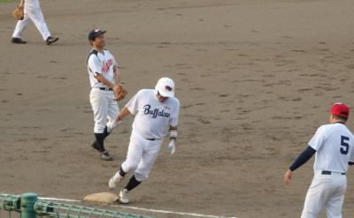 P8033031伊勢造園B 3回裏2死二塁から4番が左越え2点本塁打を放つ このかい10点目