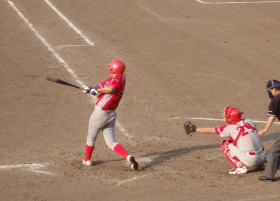 P80430896回裏1死一、二塁から背番号22が中越え二塁打を放ち1点勝ち越す