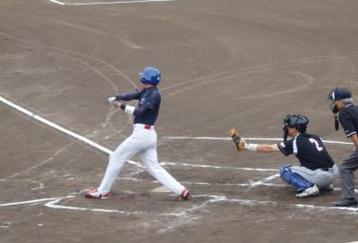 P8093209佐川急便B続く5番も右中間三塁打を放ち1点追加