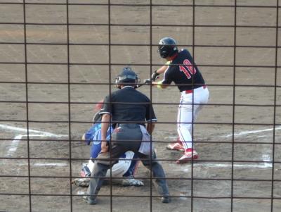 P8103277 上村循環器3回表1死一、二塁から2番が放った打球は一塁線上、一塁ベースに当たってはねたように見えたからフェアかと思ったが主審の判定はファール、