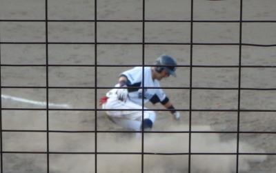 P8183529 サンキュー4回表2死一塁から7番の右翼線二塁打で俊足の一走が生還、1点かえす