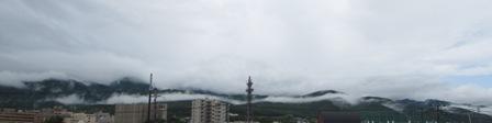 お山に分厚い雲