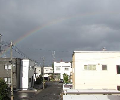 うっすらと虹が