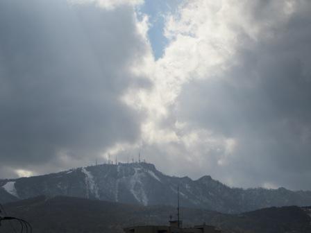 お山の雪はこのまま