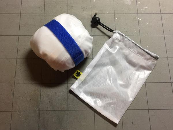 ヘルメットカバーで包んだレインジャケット