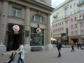 ロシア料理店ムームーとオクジャワ像(右)