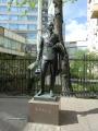 大学の入口にあるワフタンゴフ像
