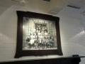 演劇芸術スタジオに飾ってある、リンゴを持つ劇団員の集合写真